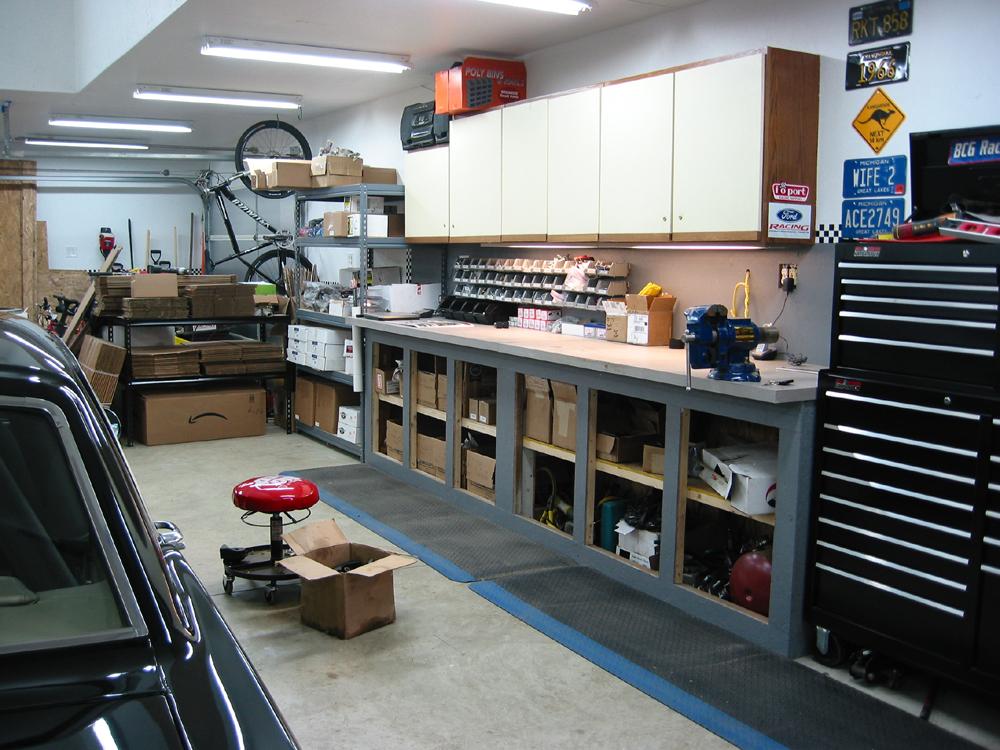 линейные светодиодные светильники на потолке гаража