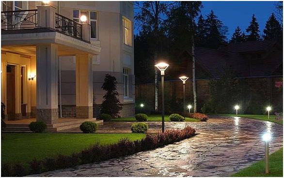 торшерные светильники при входе в дом