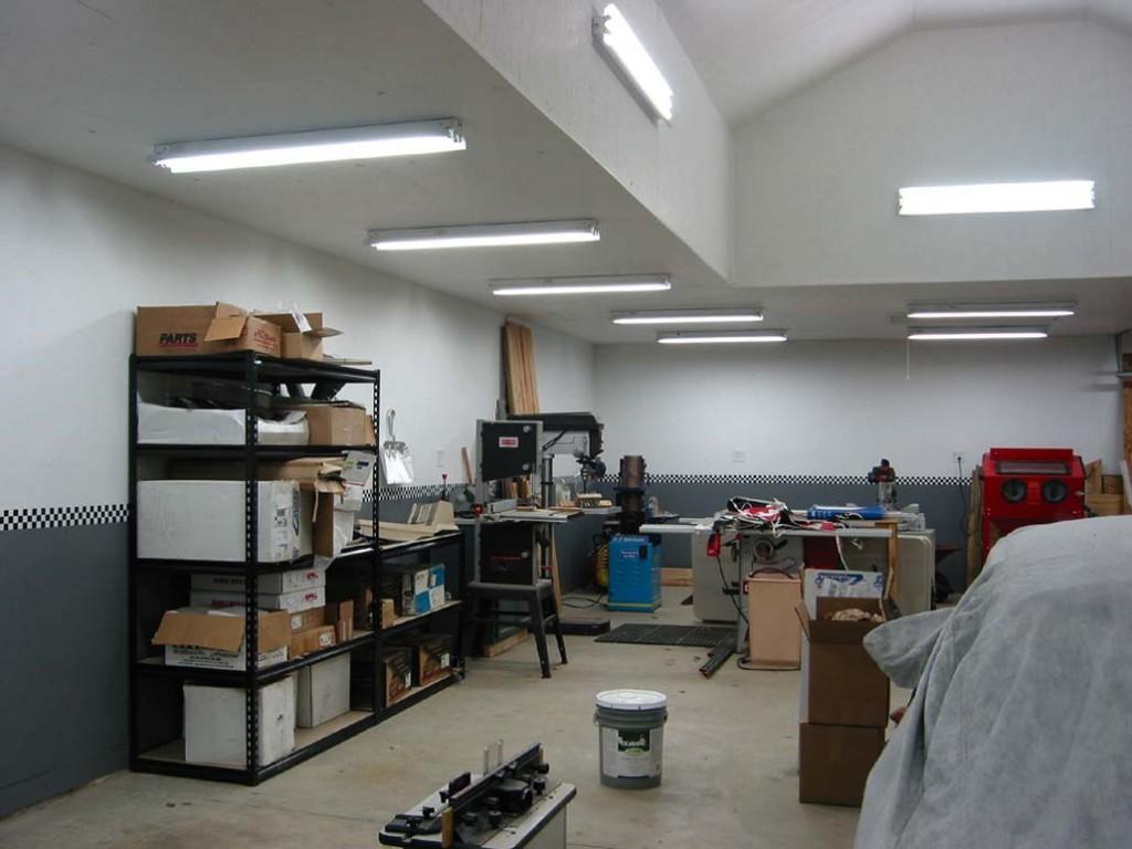 тройные линейные светодиодные светильники на потолке гаража