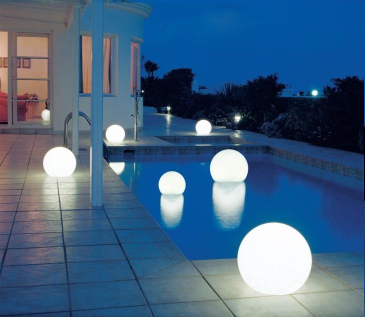 плавающий светильник в бассейне